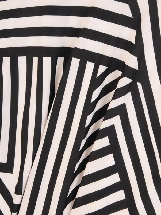 Wyjściowa sukienka w asymetrycznym wzorze z ozdobną kokardą na ramieniu 29296