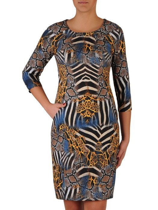 Wzorzysta sukienka z kieszeniami 18484, modna kreacja z wyszczuplającymi przeszyciami.