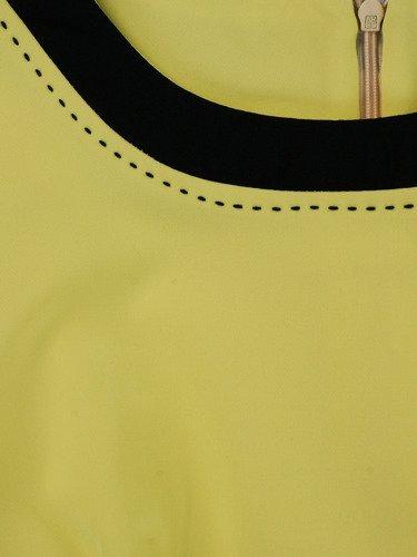 Żółta sukienka z lamówkami Ksawera IX, klasyczna kreacja na wiosnę.